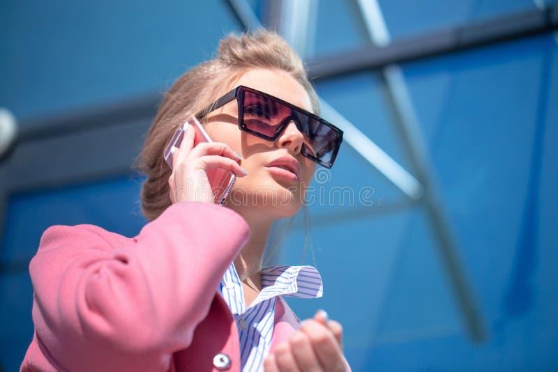 年轻宜人的女孩听电话 图库摄影