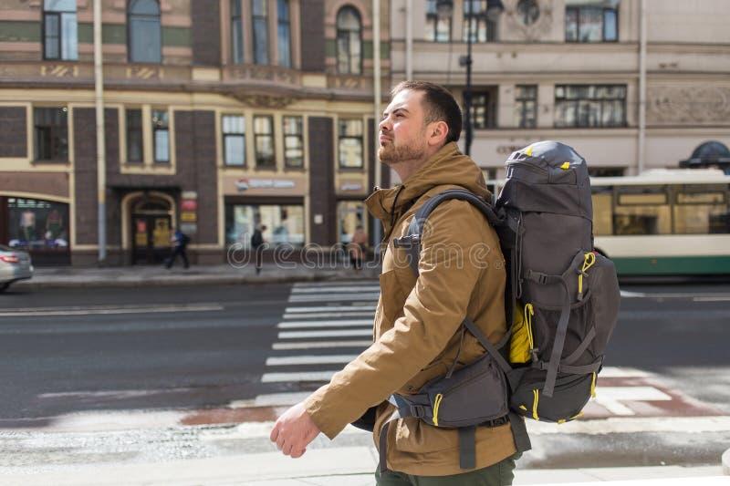 年轻室外行家人旅行的背包徒步旅行者 汽车城市概念都伯林映射小的旅行 免版税库存图片