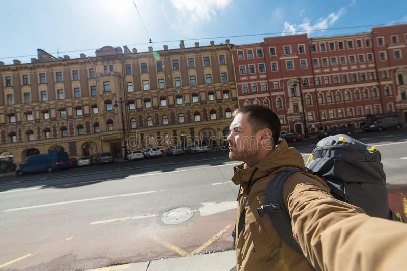 年轻室外行家人旅行的背包徒步旅行者 汽车城市概念都伯林映射小的旅行 库存照片