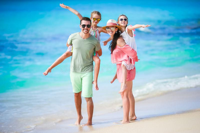 年轻家庭在度假一起获得很多乐趣 免版税库存图片