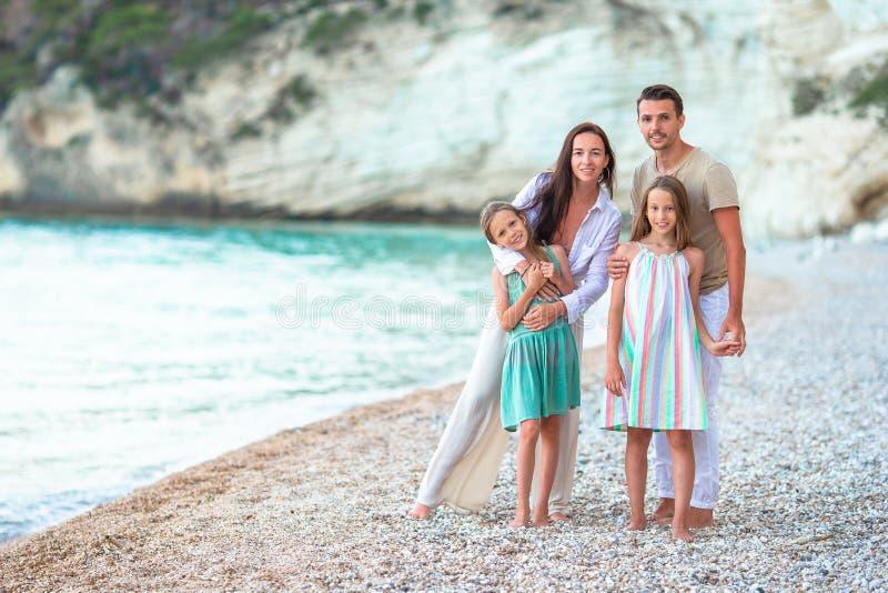 年轻家庭在度假获得很多乐趣 免版税库存图片