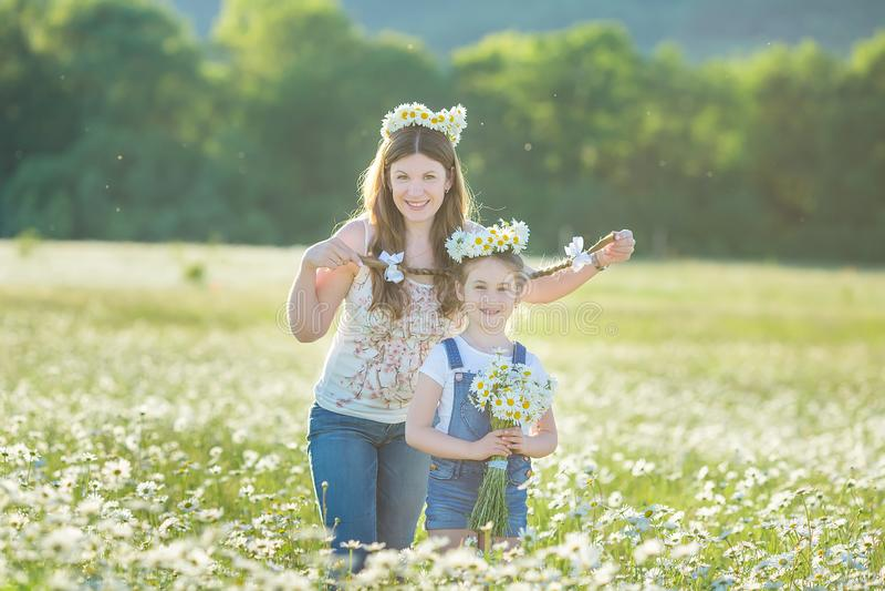 年轻家庭在花讲台春黄菊anjoy温泉生活领域愉快与在村庄土气行动的逗人喜爱的面孔一起 免版税库存照片