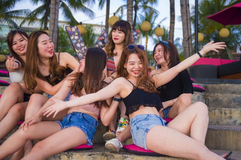 年轻小组愉快和美丽的亚裔中国女孩有有连贯性享用的假日在热带手段在朋友 免版税库存照片