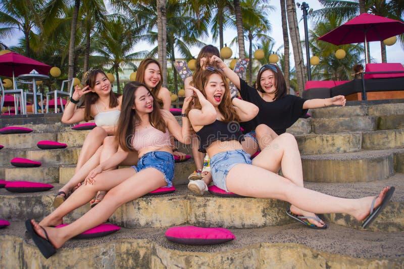 年轻小组愉快和美丽的亚裔中国女孩有有连贯性享用的假日在热带手段在朋友 免版税库存图片