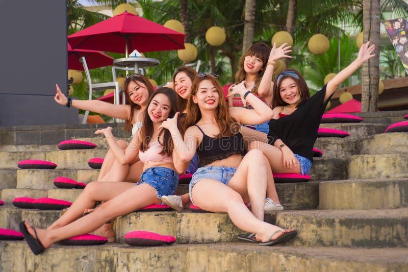 年轻小组愉快和美丽的亚裔中国女孩有有连贯性享用的假日在热带手段在朋友 免版税图库摄影