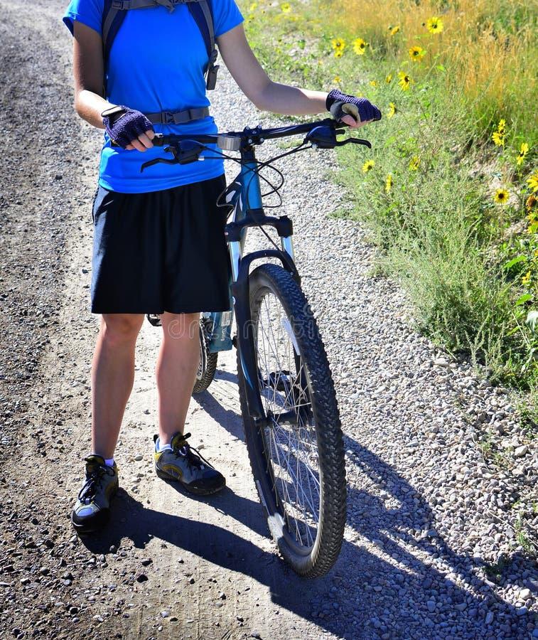 年轻少年登山车锻炼休闲 免版税库存照片