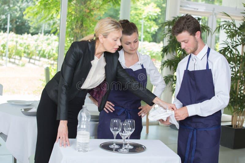 年轻工人和经理地点宴会的 库存照片