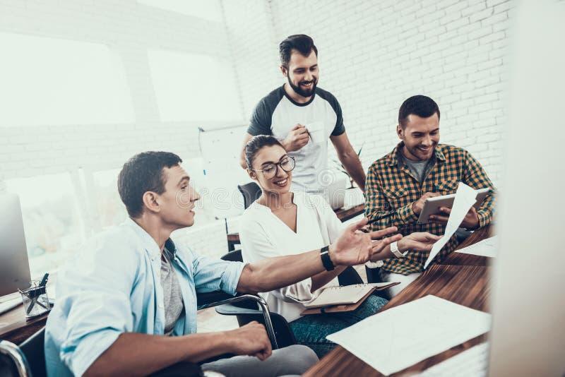 年轻工人有交谈在现代办公室 免版税图库摄影