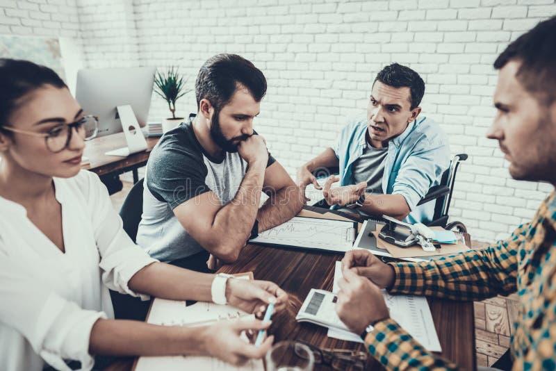 年轻工人有讨论在现代办公室 图库摄影