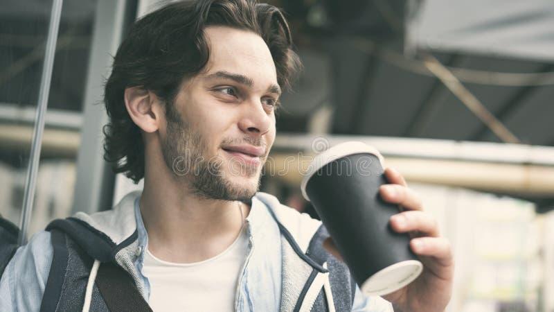 年轻帅哥饮用的咖啡 库存图片