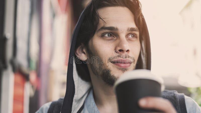 年轻帅哥饮用的咖啡 库存照片