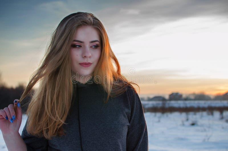 年轻微笑的女孩在冬天 库存照片