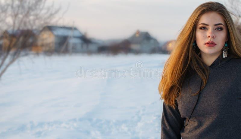 年轻微笑的女孩在冬天 免版税图库摄影