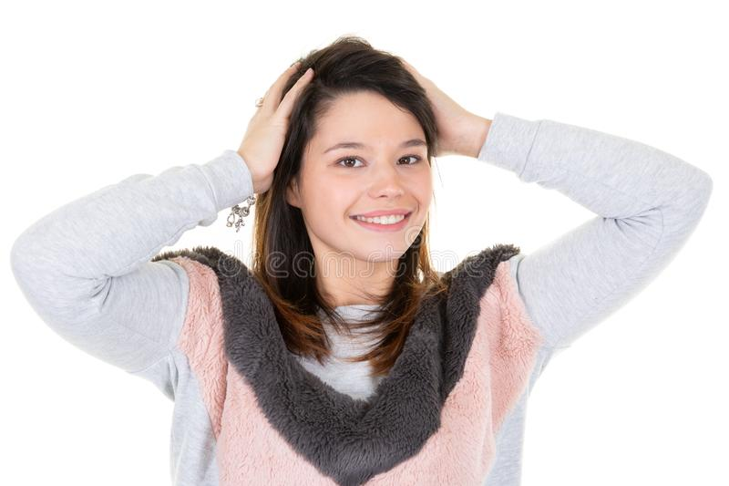 年轻微笑的妇女画象时尚灰色桃红色冬天毛线衣的 免版税库存照片
