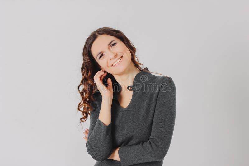 年轻微笑的深色的卷曲头发妇女夫人i画象  免版税库存照片