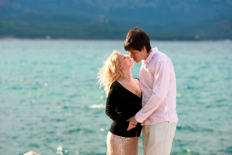 年轻性感的白肤金发的妇女和人在浪漫日期假期 库存照片