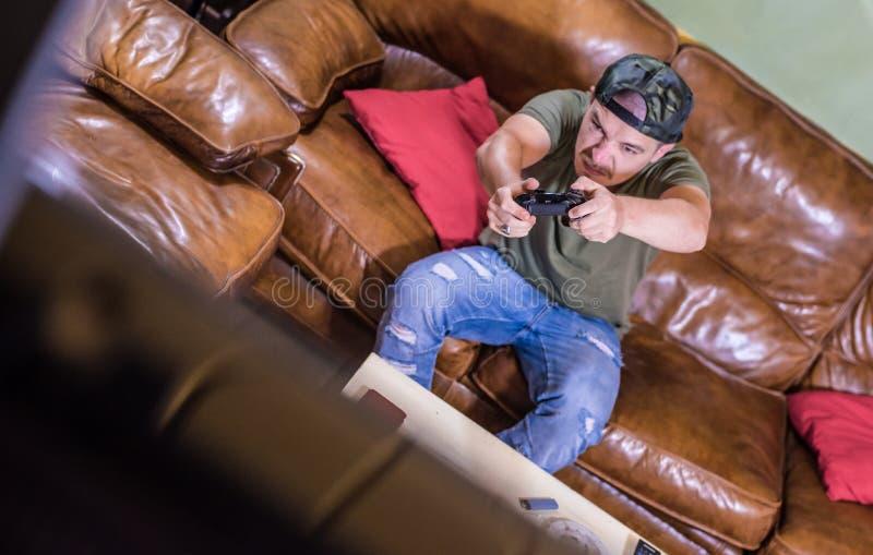年轻恼怒的游戏玩家 免版税库存图片