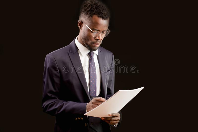 年轻悦目精力充沛的商人在文件书写 免版税库存图片