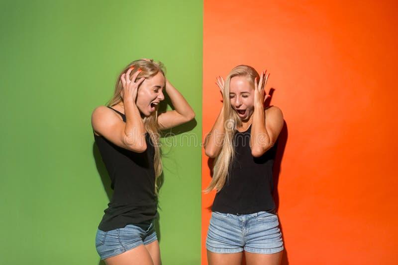 年轻情感恼怒的妇女尖叫在演播室背景 库存照片