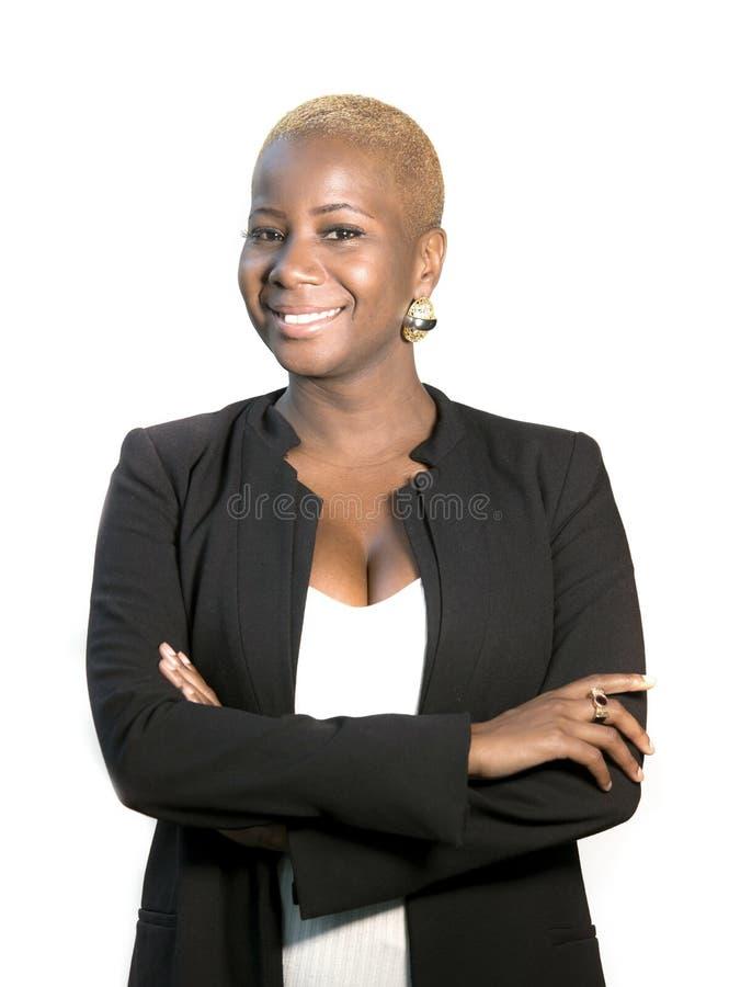 年轻愉快和可爱的黑人美国黑人的妇女公司画象有摆在快乐和凉快微笑的现代发型的 库存照片