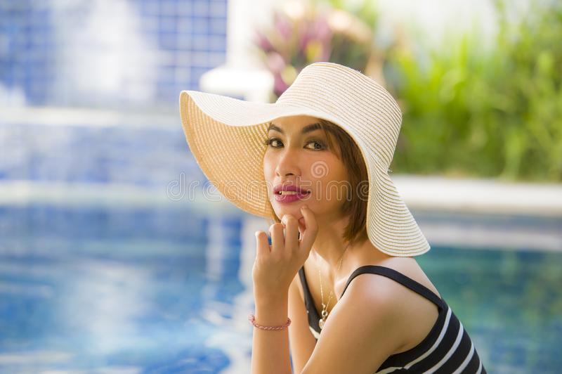 年轻愉快和美丽的旅游妇女生活方式画象夏天帽子摆在轻松和微笑的快乐对热带手段 免版税库存图片