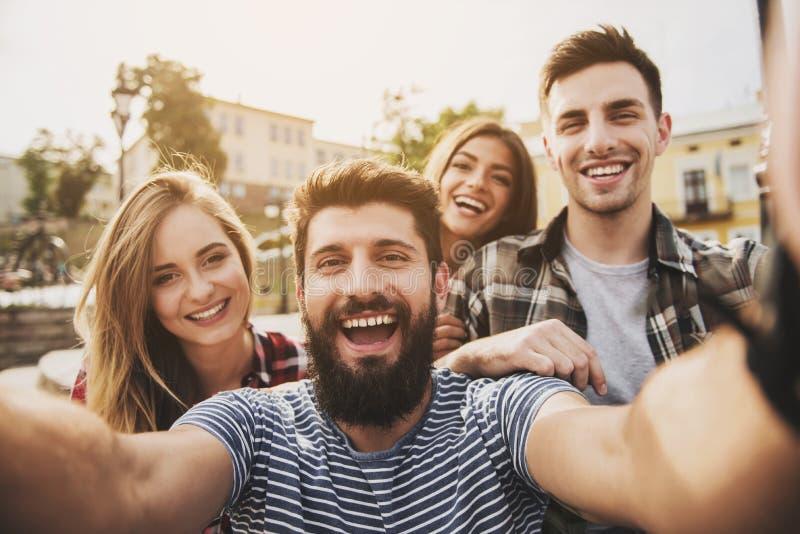 年轻愉快的人民获得乐趣户外在秋天 库存照片