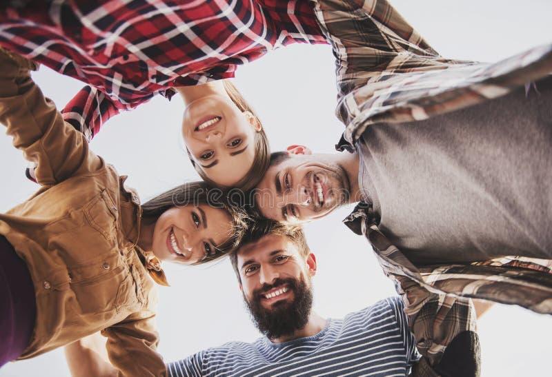 年轻愉快的人民获得乐趣户外在秋天 库存图片