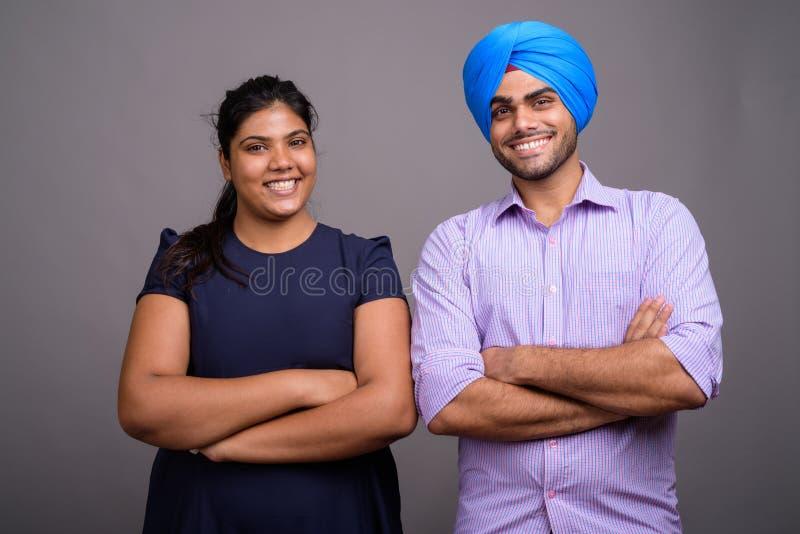 年轻愉快的印度夫妇一起和在爱微笑 库存图片