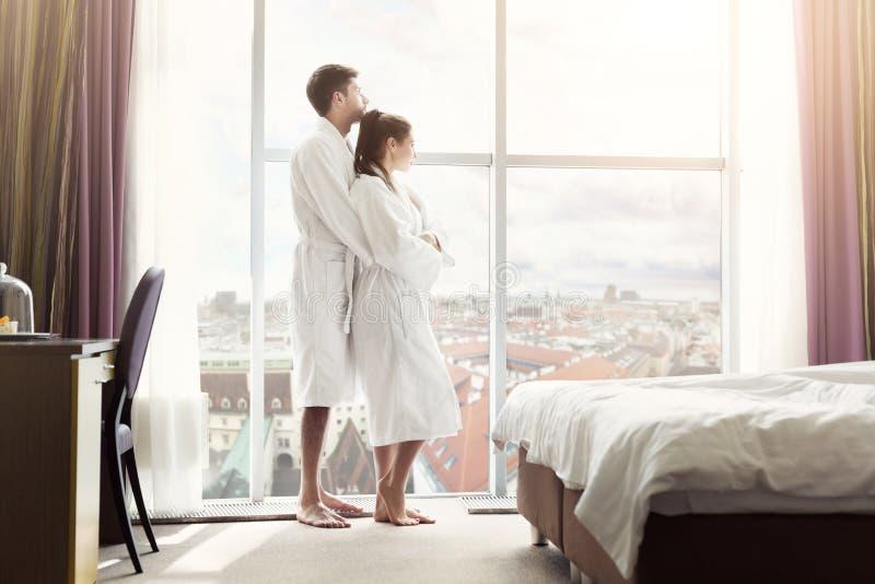 年轻愉快的夫妇在旅馆客房早晨 库存照片
