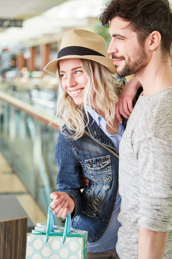年轻愉快的夫妇,当购物时 免版税库存照片
