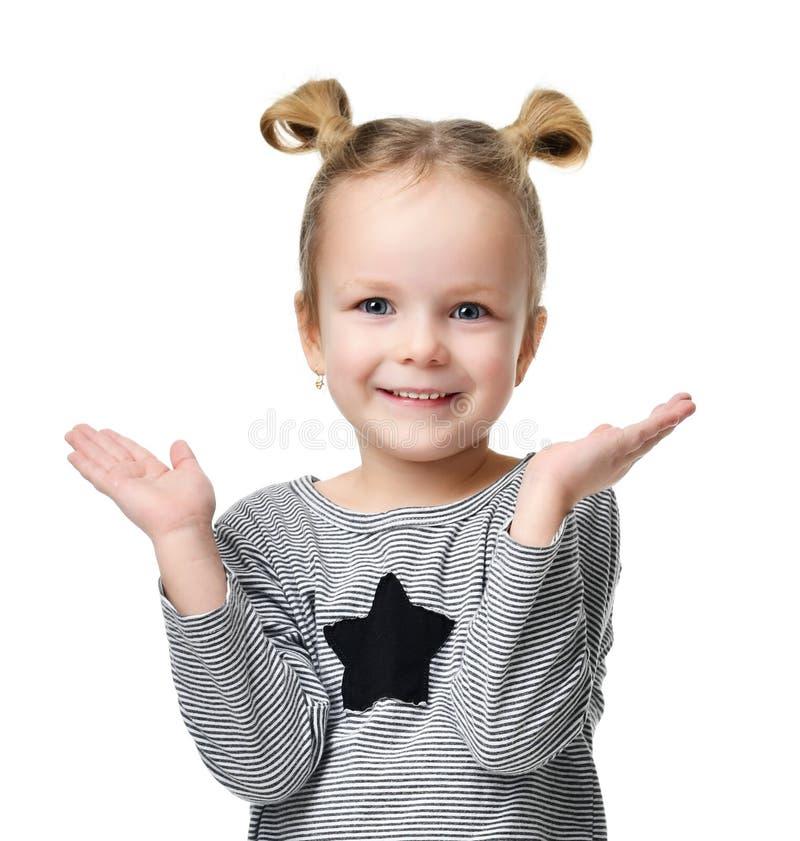 年轻愉快的女孩展示某事用文本拷贝空间的手 库存照片