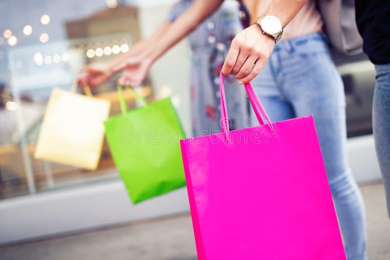 年轻愉快的妇女特写镜头有五颜六色的购物带来的 免版税库存照片