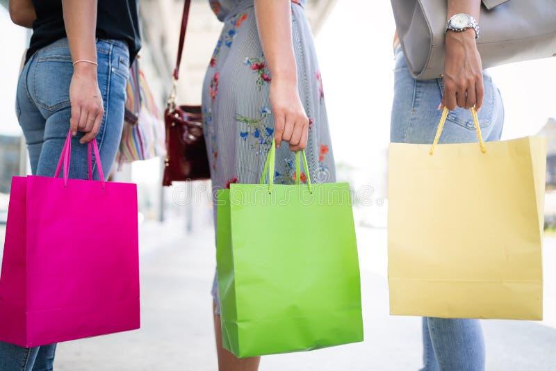 年轻愉快的妇女特写镜头有五颜六色的购物带来的 免版税图库摄影