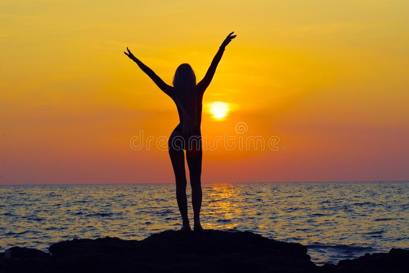 年轻愉快的妇女用被举的手 库存照片