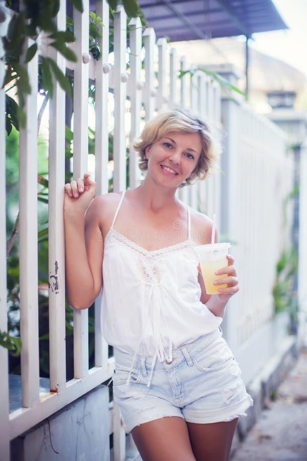 年轻愉快的微笑的妇女青少年的女孩画象-室外在n 免版税库存照片