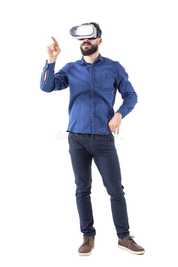 年轻成人互动与触摸屏的商人佩带的vr玻璃使用手指 免版税库存图片