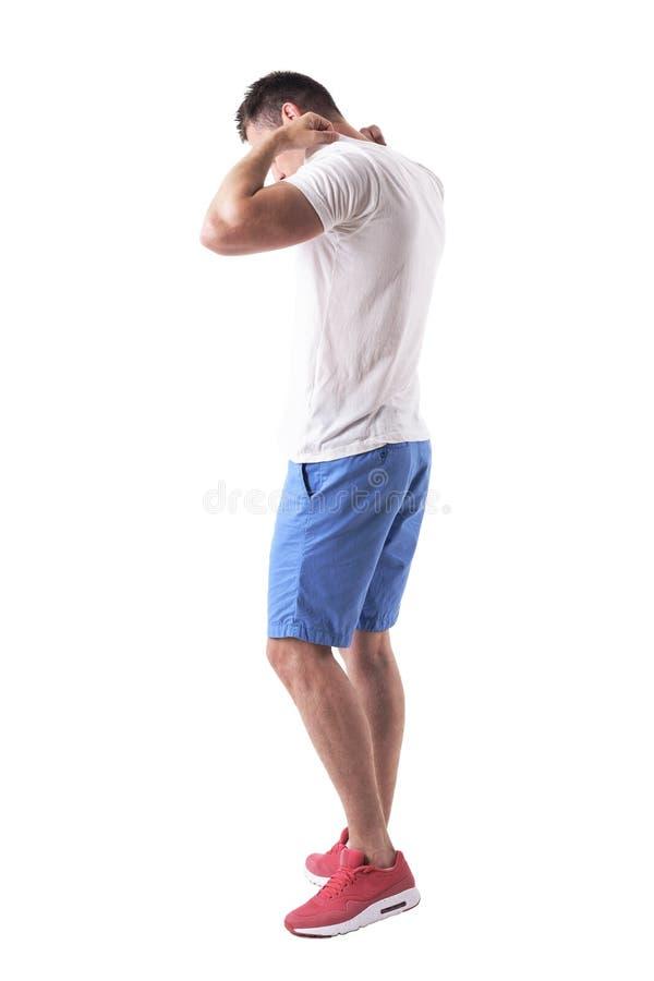 年轻成人侧视图在调整T恤杉和走的夏天衣裳的 免版税库存图片