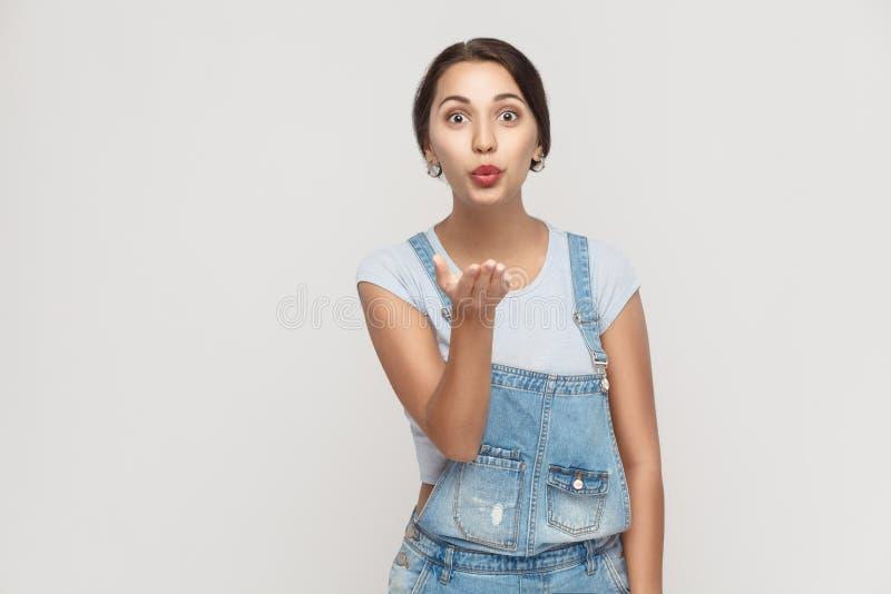 年轻成人吉普赛女孩,摆在灰色背景,看 免版税库存图片
