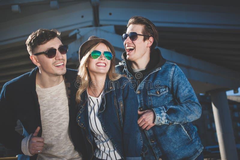 年轻成人获得乐趣度过天的小组在城市 免版税库存照片