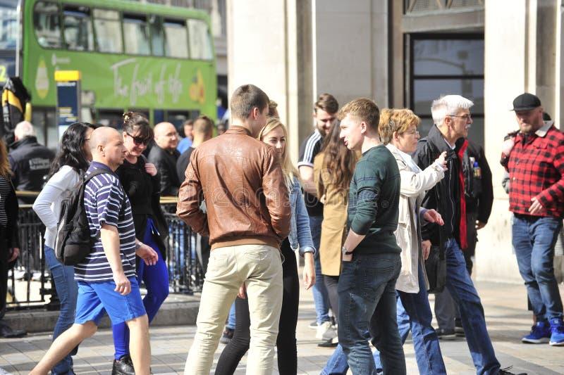 年轻成人谈话在一条街道上在伦敦 库存照片