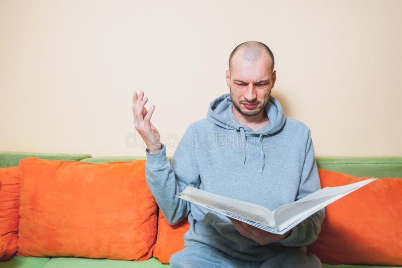 年轻或便服的中年病的人读军医结果的在从他的医生的纸和意识到他有  免版税库存照片