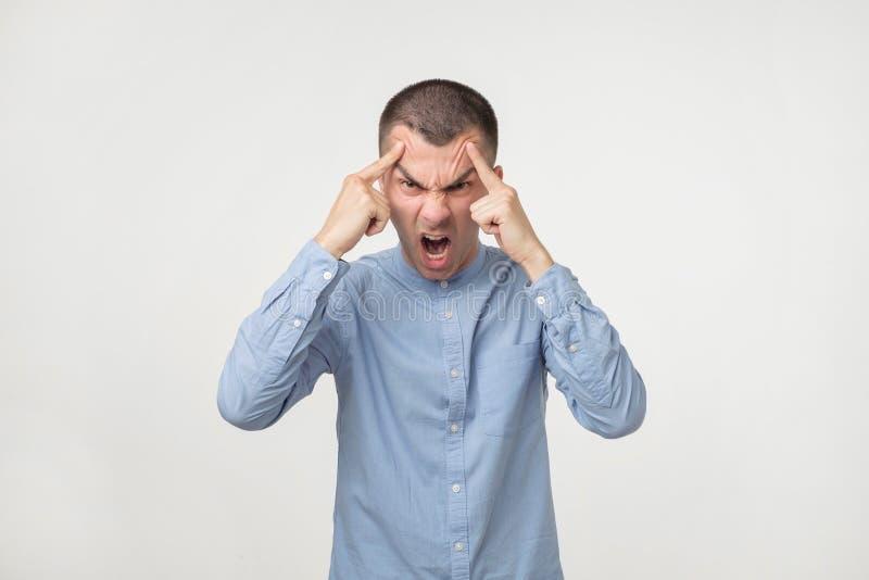 年轻拉丁恼怒的人画象  他是充满愤怒的愤怒和呼喊 库存图片