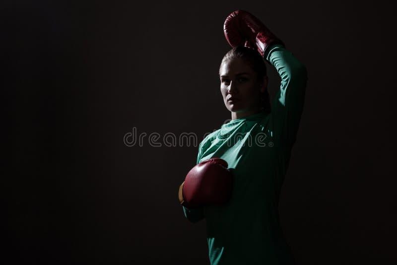 年轻拳击手妇女剪影画象绿色体育穿戴的和 免版税库存图片