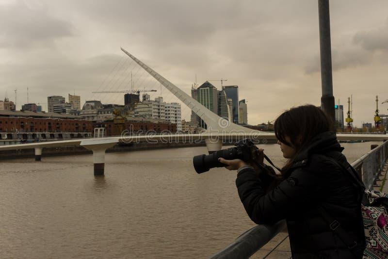 年轻摄影师在马德罗港 免版税库存照片