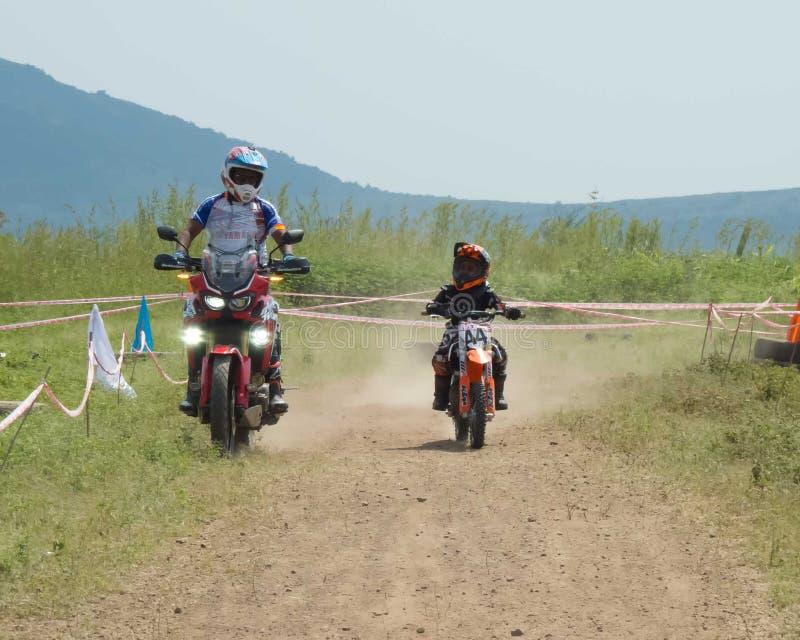 年轻摩托车越野赛车手在印度 库存图片