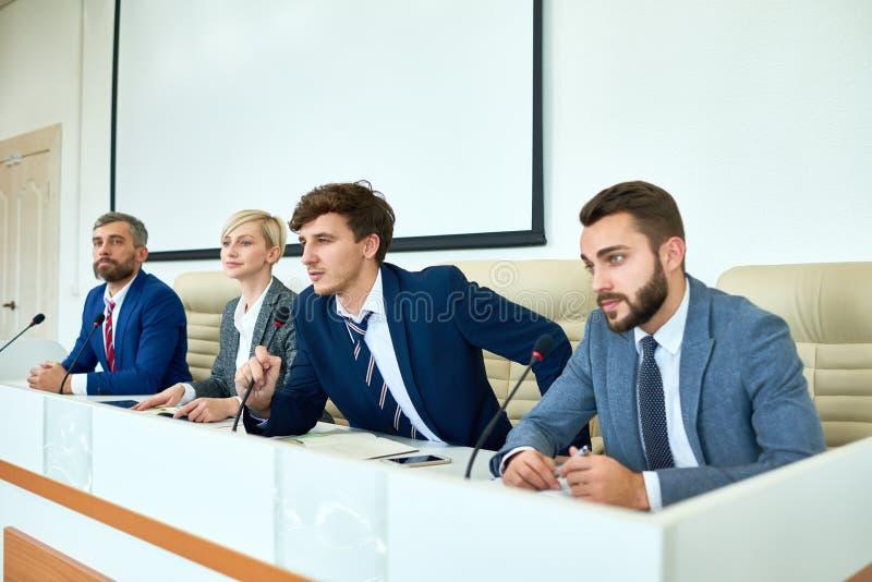 年轻政客讲话在新闻招待会 库存照片