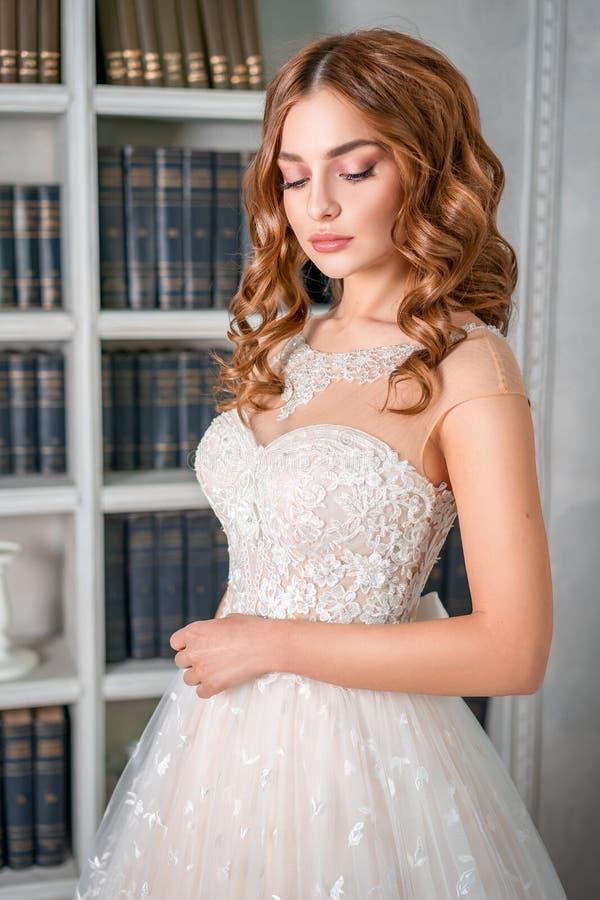年轻新娘、美好的构成和卷毛的画象 免版税图库摄影