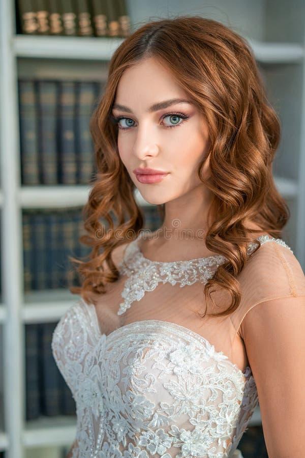 年轻新娘、美好的构成和卷毛的画象 免版税库存图片