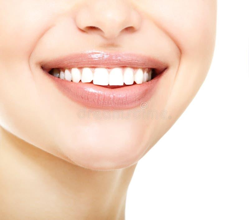 年轻新鲜的妇女美好的微笑有巨大健康白色te的 图库摄影