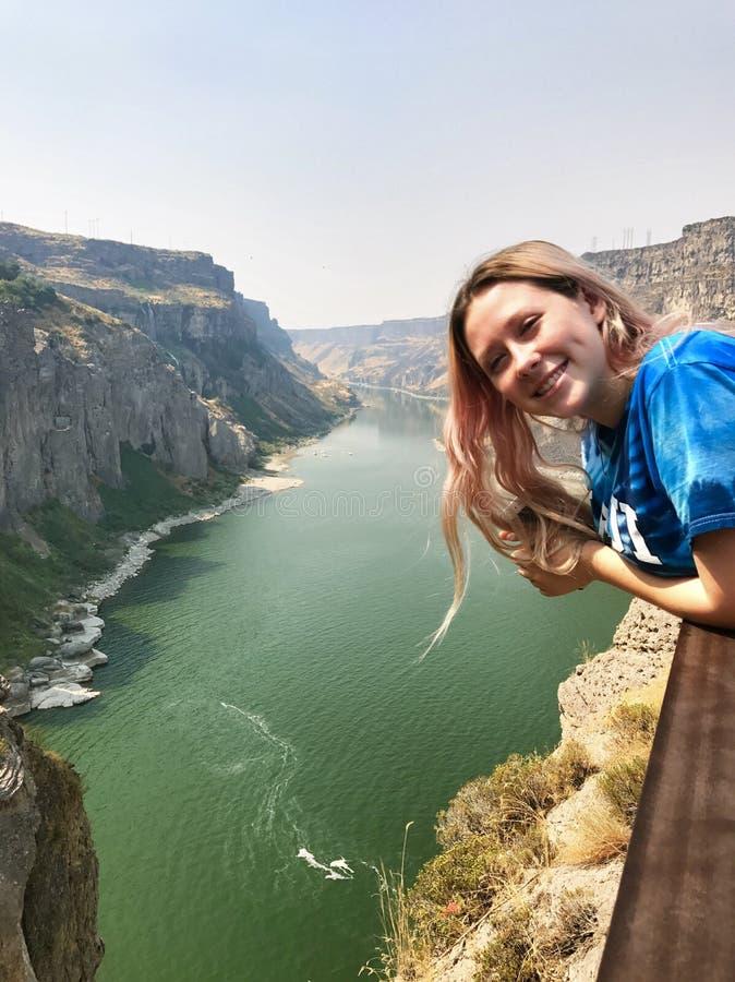 年轻旅游女孩在度假在Twin Falls的在爱达荷 免版税库存照片